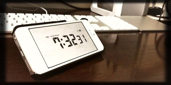 iPhoneのスタンドケースとスタイリッシュな時計アプリLCD Clockの相性が抜群!