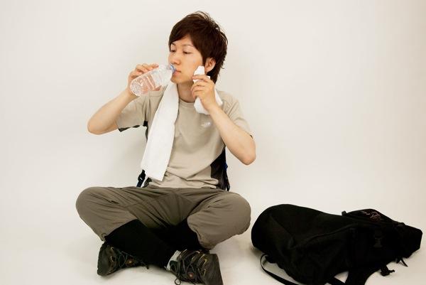 [S]ドラマでよく見る、頭から水を浴びるアクションは、熱中症を防ぐのに効果的!
