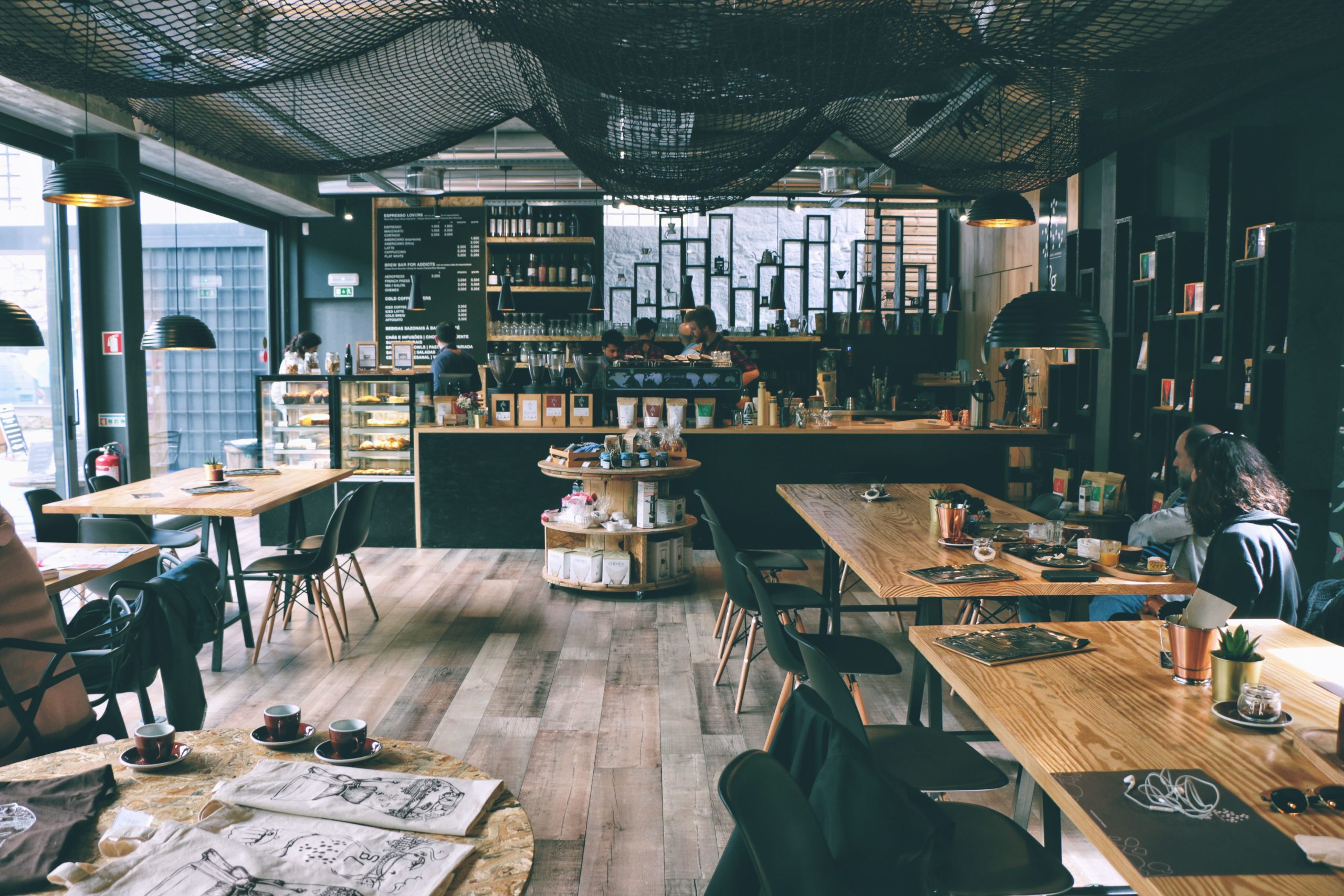 カフェだと集中・リラックスできる理由(と自宅でそれを再現する方法)