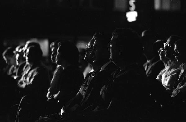 映画館は暗いのに、なぜTVは部屋を明るくして離れて観るのか【調べた】