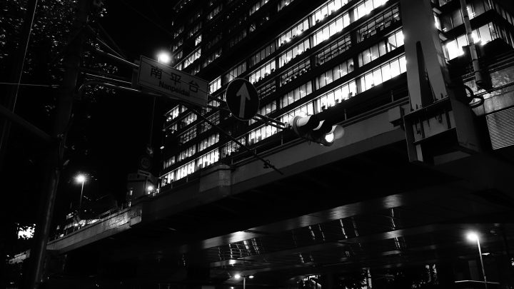 仕事終わりにふらっと夜モノクロ写真を撮るのが楽しい【RX100M3作例】